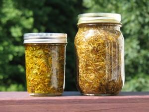 Le macérât huileux d'arnica peut se faire à la maison, mais existe plus simplement en flacon tout prêt aussi