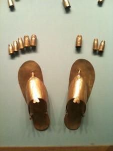 La crème parfaite peut aussi servir pour les pieds de déesse (ici : sandales en or pour momie (je vous jure).
