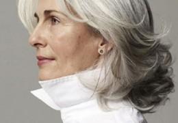 Luttez contre le jaunissement des cheveux gris !